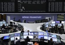 Les Bourses européennes restent dans le rouge mercredi à la mi-séance. À Paris, le CAC 40 recule de 0,18% à 4.282,62 points vers 11h50 GMT. À Francfort, le Dax cède 0,1% et à Londres, le FTSE perd encore 1,6%. /Photo prise le 14 janvier 2015/REUTERS