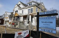 Una casa en construcción a la venta vista en una calle en Vienna, Virginia. Imagen de archivo, 27 marzo, 2014. Las solicitudes de préstamos hipotecarios en Estados Unidos subieron la semana pasada a su mayor nivel en más de seis años ya que las tasas de interés a 30 años cayeron por debajo del 4 por ciento por primera vez desde mayo del 2013 ante una baja en los rendimientos de los bonos estadounidenses, dijo el miércoles un grupo del sector. REUTERS/Larry Downing
