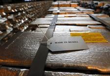 Алюминиевые чушки на заводе Русала в Красноярске. 8 июля 2014 года. Пока производители цветных металлов во главе с медными компаниями считают убытки от обвала мировых цен, их российские коллеги получают рекордные прибыли, выигрывая благодаря рухнувшему из-за дешевой нефти и геополитической нестабильности рублю. REUTERS/Ilya Naymushin