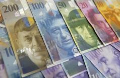 Купюры валюты швейцарский франк в Варшаве 18 июля 2011 года. Скачок курса швейцарского франка означает резкое повышение расходов для зарегистрированных в Швейцарии сырьевых трейдеров. REUTERS/Kacper Pempel