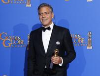 Ator George Clooney posa com o prêmio após ganhar o Globo de Ouro em Beverly Hills. 11/01/2015  REUTERS/Mike Blake