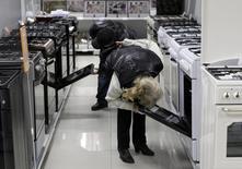 Покупатели в магазине электроники в Ставрополе. 17 декабря 2014 года. Крупнейший в РФ частный онлайн-ритейлер Юлмарт сообщил об увеличении продаж на 50 процентов до 60 миллиардов рублей с НДС в 2014 году благодаря ажиотажному спросу на технику в декабре и покупкам активов. REUTERS/Eduard Korniyenko
