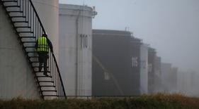 Raffinerie Total de Grandpuits, près de Paris. near Paris, January 6, 2015. Total estime que le prix du pétrole devrait rester faible au cours du premier semestre 2015. L'effondrement des cours du pétrole atteint désormais environ 60% depuis juin 2014, sous les 50 dollars le baril. /Photo prise le 6 janvier 2015/REUTERS/Christian Hartmann