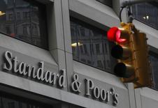 Светофор у офиса Standard & Poor's в Нью-Йорке. 5 февраля 2013 года. Россия может лишиться рейтинга инвестиционной категории уже в конце января, что повлечет частичный уход нерезидентов из рублевых активов, но негативный эффект будет краткосрочным, купировать его сможет Центробанк, подкрепленный валютой из Резервного фонда, говорят аналитики. REUTERS/Brendan McDermid