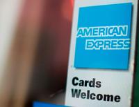 American Express, numéro un mondial des cartes de crédit, va supprimer plus de 4.000 postes sur un an dans le cadre de son plan de restructuration. Le groupe a fait état d'un bénéfice en hausse de 10,7% au quatrième trimestre et d'un chiffre d'affaires, net d'intérêts, en hausse de 6,6% à 9,11 milliards de dollars. /Photo d'archives/REUTERS