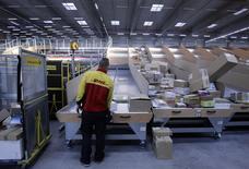 Deutsche Post veut recruter de nouveaux salariés au sein de DHL pour son activité de livraison de colis en forte croissance, mais en les rémunérant moins que le personnel existant, ce qui pourrait déclencher la colère des syndicats. /Photo d'archives/REUTERS/Tobias Schwarz