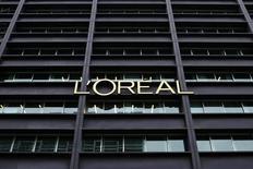 Dans un entretien au Wall Street Journal publié vendredi, le PDG de L'Oréal Jean-Paul Agon déclare que le dollar fort et la faiblesse des prix du pétrole soutiennent les résultats du groupe de cosmétiques. /Photo d'archives/REUTERS/Benoît Tessier