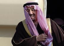 El Rey Salman bin Abdul Aziz al-Saud de Arabia Saudita llega al aeropuerto Haneda en Tokio. Imagen de archivo, 18 febrero, 2014. El Rey Salman de Arabia Saudita prometió el viernes que mantendrá el mismo enfoque que sus predecesores en el primer discurso a la nación desde que ascendió al trono. REUTERS/Yuya Shino