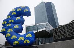 Le siège de la Banque centrale européenne (BCE) à Francfort. Le programme d'assouplissement quantitatif (QE) de la BCE sera suffisant pour ramener l'inflation au niveau de son objectif, montre lundi une enquête de Reuters auprès d'intervenants sur le marché monétaire en zone euro. /Photo prise le 22 janvier 2015/REUTERS/Kai Pfaffenbach