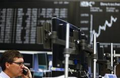 Трейдер на фондовой бирже во Франкфурте-на-Майне. 26 января 2015 года. Европейские фондовые рынки снижаются после восьмидневного роста из-за слабых финансовых показателей ряда крупных компаний. REUTERS/Kai Pfaffenbach