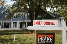 La hausse des prix immobiliers a encore ralenti en novembre aux Etats-Unis, laissant craindre une année 2015 difficile, selon l'enquête mensuelle S&P/Case-Shiller. /Photo prise le 20 octobre 2014/REUTERS/Larry Downing
