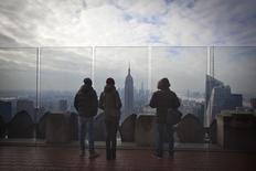 Personas observan desde lo alto el barrio de Manhattan en Nueva York. Imagen de archivo, 15 enero, 2015. El crecimiento del sector servicios de Estados Unidos repuntó modestamente en enero pero las empresas reportaron el nivel más flojo de expansión de nuevos negocios en más de cinco años, mostró el martes un informe sectorial.  REUTERS/Carlo Allegri