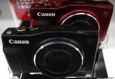 Логотип Canon на фотоаппарате в Токио 24 июля 2014 года. Японский производитель фото и офисной техники Canon Inc отчитался о небольшом росте операционной прибыли в четвертом квартале 2014 года благодаря ослаблению иены и продажам офисной оргтехники при снижении продаж фотокамер из-за того, что фотографы все больше используют компактные модели конкурентов. REUTERS/Yuya Shino