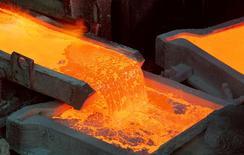 Fotografía del proceso de manufactura de cátodos de cobre en una refinería de Codelco en la ciudad de Ventanas. Imagen de archivo, 7 enero, 2015. El exceso de suministro de cobre en el mercado global podría reducirse este año y el siguiente, ayudando a amortiguar los precios de un metal industrial que ha sufrido por la desaceleración del crecimiento de su principal consumidor, China, mostró un sondeo de Reuters. REUTERS/Rodrigo Garrido