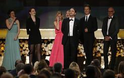 """Elenco do filme """"Birdman"""" recebe prêmio de melhor elenco durante cerimônia do Screen Actor's Guild Awards em Los Angeles. 25/01/2015 REUTERS/Mario Anzuoni"""