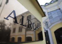 Вывеска с логотипом Алросы у входа в московский офис компании. 2 октября 2013 года. Алроса снизила добычу алмазов в 2014 году на 2 процента до 36,2 миллиона карат, на 100.000 карат превзойдя собственный декабрьский прогноз, сообщила российская госмонополия в четверг. REUTERS/Tatyana Makeyeva