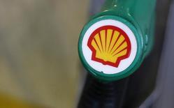 El logo de Shell visto en una estación gasolinera en Londres. Imagen de archivo, 30 enero, 2014.  La petrolera Royal Dutch Shell dijo el jueves que reduciría su inversión de capital en el 2015 y recortaría el gasto general en un total de 15.000 millones de dólares durante los próximos tres años en respuesta al declive en los precios del petróleo. REUTERS/Suzanne Plunkett