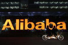 Логотип Alibaba Group в штаб-квартире компании близ города Ханчжоу, провинция Чжэцзян, 10 ноября 2014 года. Квартальная выручка Alibaba Group Holding Ltd оказалась ниже ожиданий аналитиков, что может свидетельствовать о постепенном замедлении темпов роста бизнеса, до этого крайне высоких, китайского интернет-ритейлера. REUTERS/Aly Song