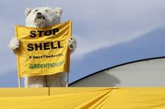 Активист Greenpeace на АЗС Shell в Праге. 10 мая 2012 года. Нефтяная компания Shell планирует в этом году после двухлетнего перерыва возобновить бурение в Арктике на фоне протестов со стороны экологических организаций. REUTERS/David W Cerny