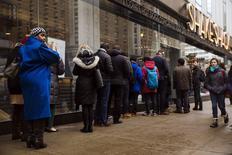 Unos clientes en la entrada de un restaurante de la cadena Shake Shack en Nueva York, ene 30 2015. El gasto del consumidor en Estados Unidos registró en diciembre  su mayor declive desde fines de 2009, mientras que la actividad  fabril se desaceleró en enero, lo que sugiere que el crecimiento económico siguió enfriándose en el comienzo del primer trimestre de 2015. REUTERS/Lucas Jackson (UNITED STATES - Tags: BUSINESS FOOD)