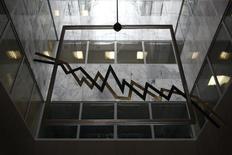 Металлическая конструкция в виде рыночного графика на фондовой бирже в Афинах. 11 сентября 2014 года. Европейские фондовые рынки растут в надежде, что новое правительство Греции договорится о реструктуризации внешнего долга. REUTERS/Yorgos Karahalis