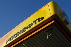 The logo of Russia's top crude producer Rosneft is seen on a gasoline station in Moscow, October 29, 2014. REUTERS/Maxim Shemetov