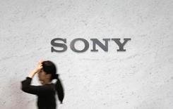 Логотип Sony Corp в штаб-квартире компании в Токио. 4 февраля 2015 года. Чистый убыток японской Sony Corp в 2014 финансовом году может оказаться меньше, чем ожидалось, благодаря сокращению расходов и превысившим ожидания продажам видеодатчиков и игровых консолей PlayStation в третьем квартале. REUTERS/Yuya Shino