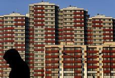 Жилой дом в Санкт-Петербурге. 10 ноября 2014 года. Объем ввода в эксплуатацию жилья в РФ в 2014 году вырос на 15 процентов до 81 миллиона квадратных метров, что, по данным Росстата, является рекордом для страны как минимум с 1990-го года, однако из-за экономической ситуации через 6-9 месяцев этот показатель может начать снижение. REUTERS/Alexander Demianchuk