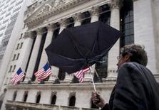 Wall Street a ouvert mercredi en baisse, les investisseurs marquant une pause après deux séances de hausse favorisées par un rebond des cours du pétrole et des indicateurs économiques bien accueillis. L'indice vedette Standard & Poor's 500 perd 0,28% à l'ouverture, le Dow Jones cède 0,19% et le Nasdaq Composite recule  de 0,51%. /Photo prise le 2 février 2015/REUTERS/Brendan McDermid
