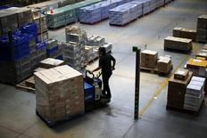 Un empleado ordena cajas en una bodega industrial en Santiago, Nov 7, 2014. La economía chilena creció más de lo esperado en diciembre pero registró en todo el 2014 su menor expansión en cinco años, debido a la profunda desaceleración de la demanda interna y la debilidad de la industria, según datos divulgados el jueves por el Banco Central. REUTERS/Ivan Alvarado