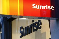L'opérateur télécoms suisse Sunrise a augmenté la taille de son introduction en Bourse (IPO) d'environ 20% face à l'engouement des investisseurs et fixé le prix à 68 francs (64,2 euros) l'action, selon deux sources proches du dossier.  /Photo prise le 14 janvier 2015/REUTERS/Arnd Wiegmann