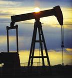Нефтяной станок-качалка в Венесуэле. 19 сентября 2000 года. Все большее число представителей ОПЕК говорят, что не ожидают быстрого восстановления цен на нефть, несмотря на их нынешний рост с шестилетнего минимума. REUTERS/Kimberly White/FILE