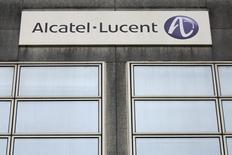 Офис Alcatel-Lucent в Ренне. 15 октября 2013 года. Продажи производителя телекоммуникационного оборудования Alcatel-Lucent в последнем квартале прошлого года в целом совпали с прогнозами рынка, несмотря на заметное падение спроса на важном американском рынке, а маржа прибыли превысила ожидания за счет сокращения расходов. REUTERS/Stephane Mahe