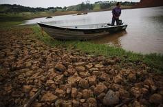 Ruínas da cidade de Igarata, em São Paulo, na reserva do Jaguari, atingida pela seca. 4/2/2015 REUTERS/Nacho Doce