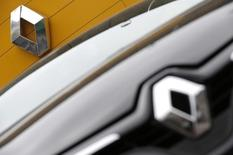 Les valeurs liées à l'automobile, affectées lundi par l'effondrement des importations de la Chine en janvier, se reprennent mardi à la mi-sénce. Renault  gagne 0,97% vers 12h20 quand le CAC avance de 0,3% à 4.665 points. /Photo d'archives/REUTERS/Christian Hartmann