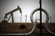 Extractores de petróleo y tuberías vistas en un campo de crudo cerca de Bakersfield, California. Imagen de archivo, 17 enero, 2015. Los inventarios comerciales de crudo subieron la semana pasada debido a que las refinerías redujeron su producción, mientras que las existencias de gasolina y de destilados aumentaron, mostró el martes un reporte del Instituto Americano del Petróleo (API). REUTERS/Lucy Nicholson