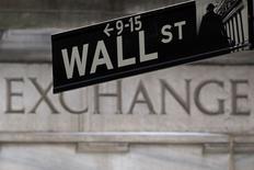 Una señalética de Wall Street fotografiada frente a la bolsa de Nueva York. Imagen de archivo, 27 enero, 2015.  Las acciones cerraron en alza el martes en la bolsa de Nueva York por esperanzas en las negociaciones por la deuda griega, mientras que Apple ayudó a las subidas de los índices S&P 500 y Nasdaq al convertirse en la primera compañía estadounidense en valer más de 700.000 millones de dólares. REUTERS/Carlo Allegri