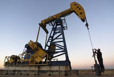 Станок-качалка на нефтяном месторождении компании PetroChina в Дацине, провинция Хэйлунцзян. 4 ноября 2007 года. Цены на нефть растут, так как запасы нефти в США на прошлой неделе повысились не так сильно, как предсказывали аналитики. REUTERS/Stringer