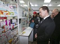 Премьер-министр России Дмитрий Медведев в аптеке в Уфе. 3 февраля 2015 года. Российский фармдистрибутор Протек, владеющий крупнейшей в РФ сетью аптек Ригла, увеличил выручку в четвертом квартале 2014 года на 21 процент в годовом выражении до 47,3 миллиарда рублей, сообщила компания в среду. REUTERS/Ekaterina Shtukina/RIA Novosti/Pool