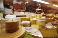 Витрина с сыром в продуктовом магазине в Москве. 19 августа 2014 года. ЦБР говорит, что его уточненный прогноз инфляции на этот год будет близок к оценкам Минэкономики, которое ждет роста цен на 12,2 процента по итогам года. REUTERS/Maxim Zmeyev