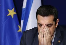 Премьер-министр Греции Алексис Ципрас на пресс-конференции после саммита глав стран ЕС в Брюсселе. 12 февраля 2015 года. Греция в четверг согласилась обсудить с кредиторами способ выхода из международной программы помощи, пойдя на уступку, которая может спасти новое правительство страны от банкротства в марте. REUTERS/Francois Lenoir