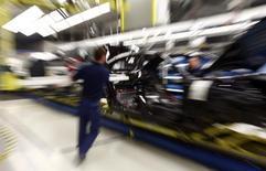 Le nombre de personnes employées dans le secteur manufacturier allemand a atteint 5,3 millions à la fin 2014, un record depuis le début des relevés en 2005. /Photo prise le 28 janvier 2015/REUTERS/Michael Dalder