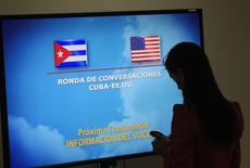 Una periodista frente una pantalla anunciando una ronda de conversaciones entre Cuba y EEUU en La Havana. Imagen de archivo, 22 enero, 2015. Estados Unidos y Cuba sostendrán una segunda ronda de conversaciones el 27 de febrero en Washington, con el objetivo de restaurar relaciones diplomáticas, dijo el martes una portavoz del Departamento de Estado estadounidense. REUTERS/Stringer