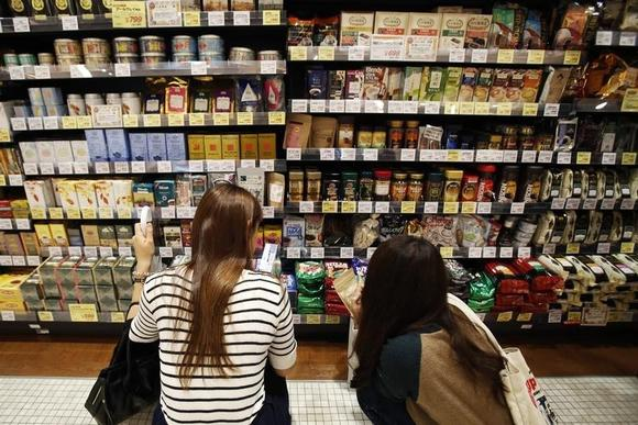 Shoppers look at packs of sugars at a luxury food store in Tokyo September 25, 2014.  REUTERS/Yuya Shino