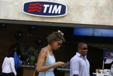 Personas caminan frente a una sucursal de TIM en Rio de Janeiro. Imagen de archivo, 20 agosto, 2014. La compañía brasileña de telecomunicaciones TIM Participacoes SA tiene planes de invertir más de 14.000 millones de reales (unos 4.900 millones de dólares) entre el 2015 y el 2017, dijo la firma el viernes en un comunicado para detallar su estrategia. REUTERS/Pilar Olivares