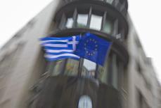 Banderas de Grecia y de la Unión Europea afuera de la embajada griega en Bruselas, 19 febrero, 2015. Un borrador sobre la extensión del acuerdo de asistencia de Grecia con sus acreedores internacionales propone prolongar el programa por cuatro meses en lugar de los seis sugeridos previamente, dijeron el viernes funcionarios griegos y de otros países de la zona euro. REUTERS/Yves Herman