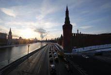 Vehículos pasan al lado del río Moskva en Moscú. Imagen de archivo, 6 febrero, 2015. Moody's rebajó el viernes la calificación crediticia de Rusia a categoría especulativa y dijo que espera que la economía del país sufra una profunda recesión este año.  REUTERS/Maxim Zmeyev