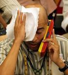 Un operador en la Bolsa de Valores de Sao Paulo, oct 10 2008. El índice Bovespa de la Bolsa de Sao Paulo caía el lunes, debido a que la presión de la minera Vale pesaba más que el avance de los papeles de las empresas de educación y el fabricante de cigarros Souza Cruz.  REUTERS/Paulo Whitaker (BRAZIL) - RTX9EQN