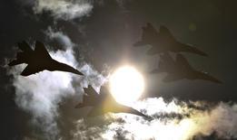 """Российские истребители МиГ-29 и Су-27 из пилотажных групп """"Стрижи"""" и """"Русские витязи"""" на авиашоу МАКС в Жуковском. 27 августа 2013 года. Российские перехватчики поднимутся в воздух на учениях, посвященных отработке навыков отражения массированного ракетного авиаудара, сообщила в четверг Москва, недовольная угрозами новых санкций со стороны Запада. REUTERS/Maxim Shemetov"""
