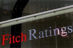 El logo de Fitch en su casa matriz de Nueva York, feb 6 2013. Las necesidades de financiamiento de los gobiernos de América Latina caerían un 4,3 por ciento en el 2015 respecto al año anterior, que estuvo marcado por campañas electorales, debido a un mejor perfil de amortización de deudas de países como Brasil, México y Perú, indicó el jueves un informe de Fitch Ratings. REUTERS/Brendan McDermid
